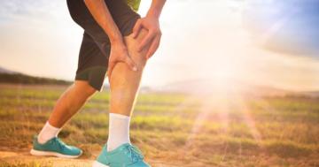 Ohne Knieschmerzen Bergabgehen Mann mit Knieschmerzen
