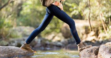 Anfänger Wanderer überschreitet Fluss