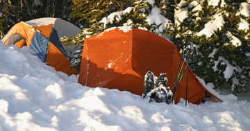 Zelten im Winter mit Schnee bedecktes Campingzelt